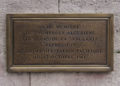 Plaque commémorative du pont Saint-Michel, apposée 40 ans après le massacre du 17 octobre 1961 (Wikipédia)