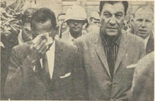 «James Meredith entrant à l'Université d'Oxford (Mississippi), pleure. Ses nerfs ont lâché. On lui a crié: 'Sale nègre, tu veux étudier avec tes mains sanglantes!'» (photo et légende parues dans Le Droit de Vivre, novembre 1962.