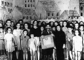 Rafael Schächter dirige le Requiem de Verdi. Photo prise à Theresienstadt le 23 juin 1944, jour de la dernière représentation (crédit photo : The Terezín Foundation)